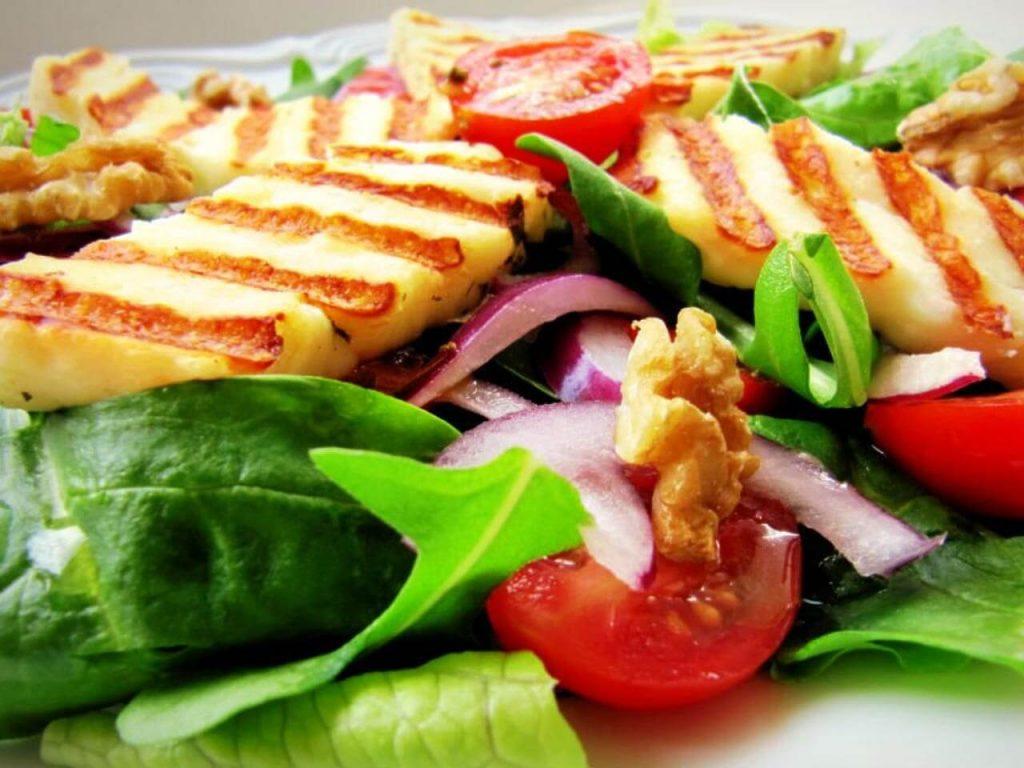hellim peynirli ıspanak salatası